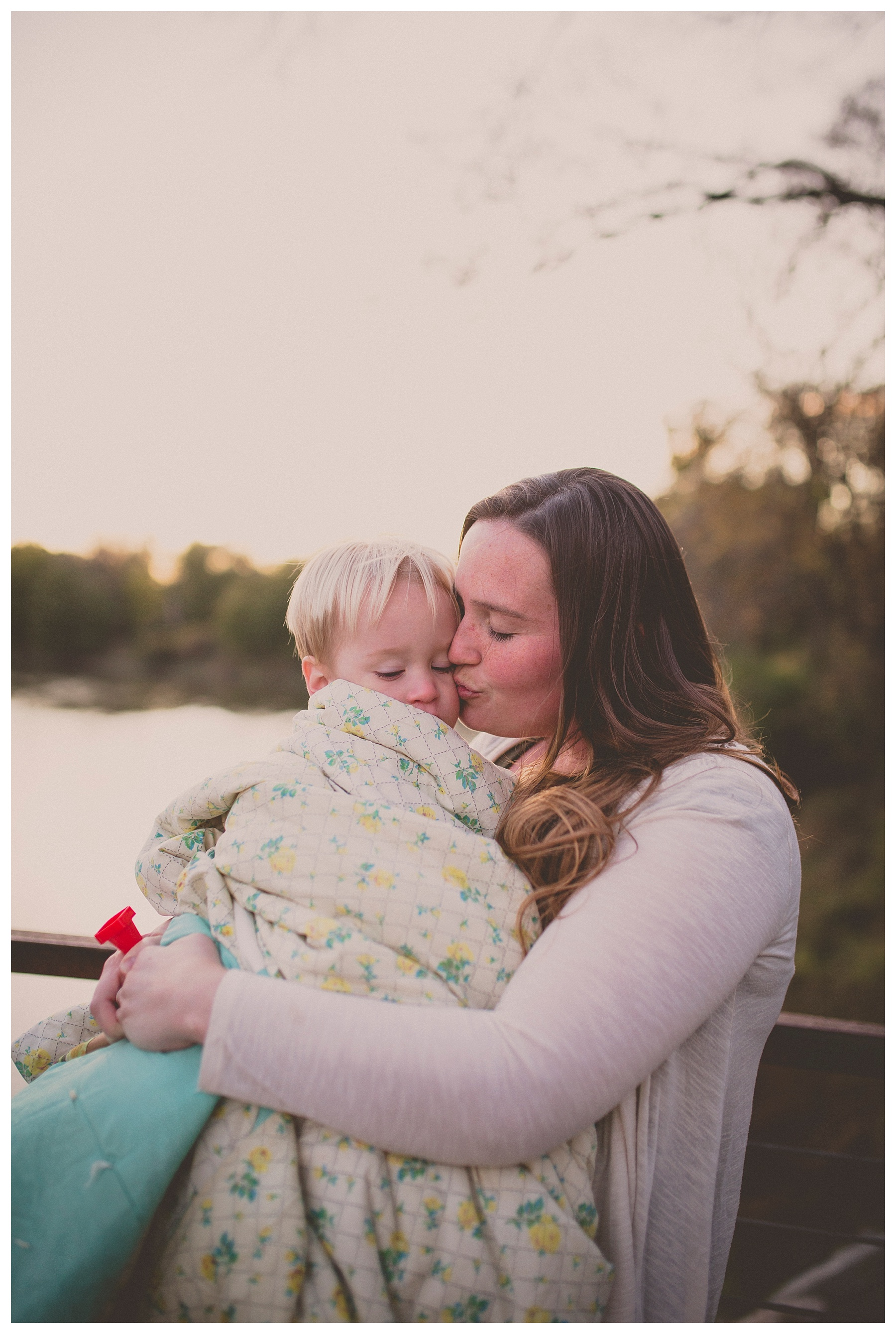 Des Moines Photographer | Kara Vorwald | Family photographer | Water works park | mom kissing son