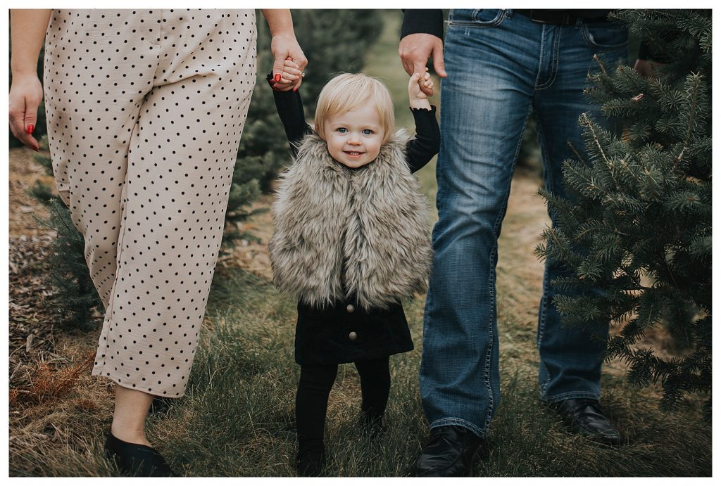 Des Moines | Christmas tree farm in Des Moines | Des Moines photographer | Iowa photographer | midwest photographer | Kara Vorwald photography | Family photography | Carrol Iowa